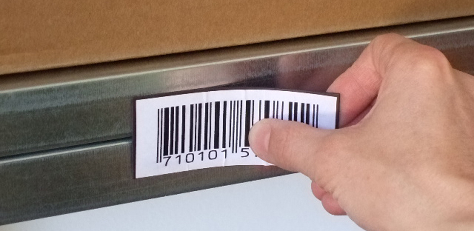 C-shaped magnetic labels